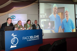 Los doctores Aramberri y Mendicute desde San Sebastián, durante la transmisión en directo de la sesión de Femto-Faco en FacoElche 2013