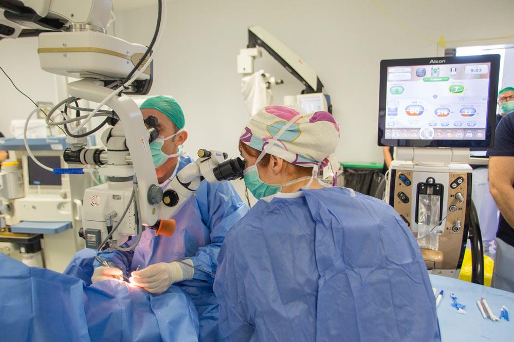 Entre ambos ojos el equipo debe cambiar batas y guantes, así como el paño quirúrgico.