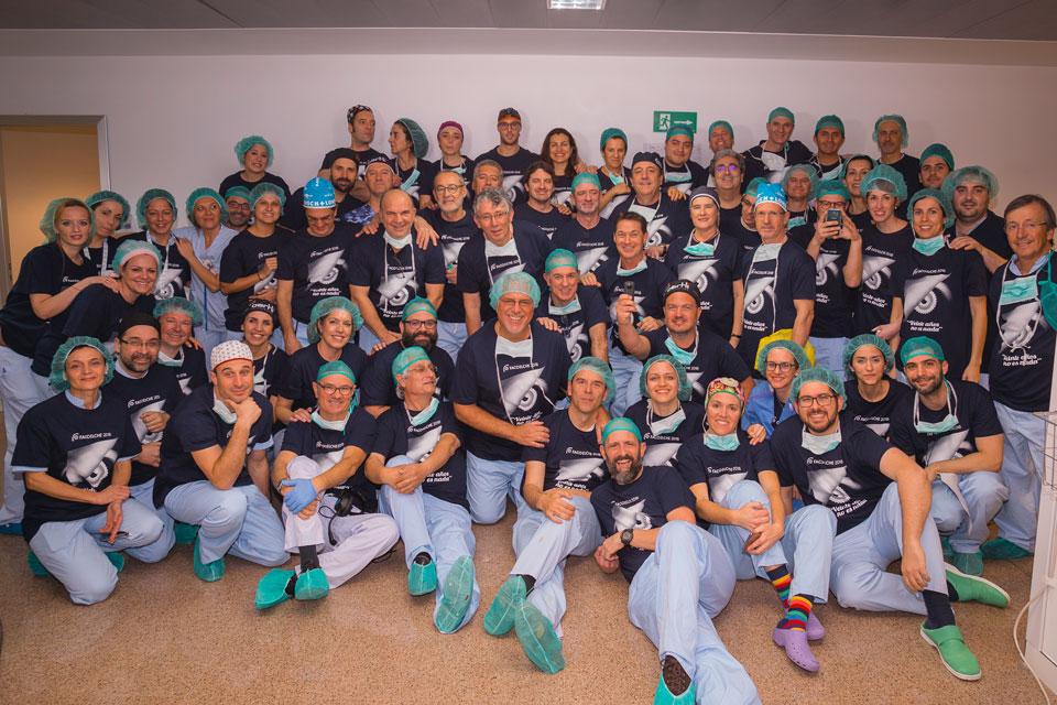 Clásica foto de grupo al finalizar la cirugía en directo