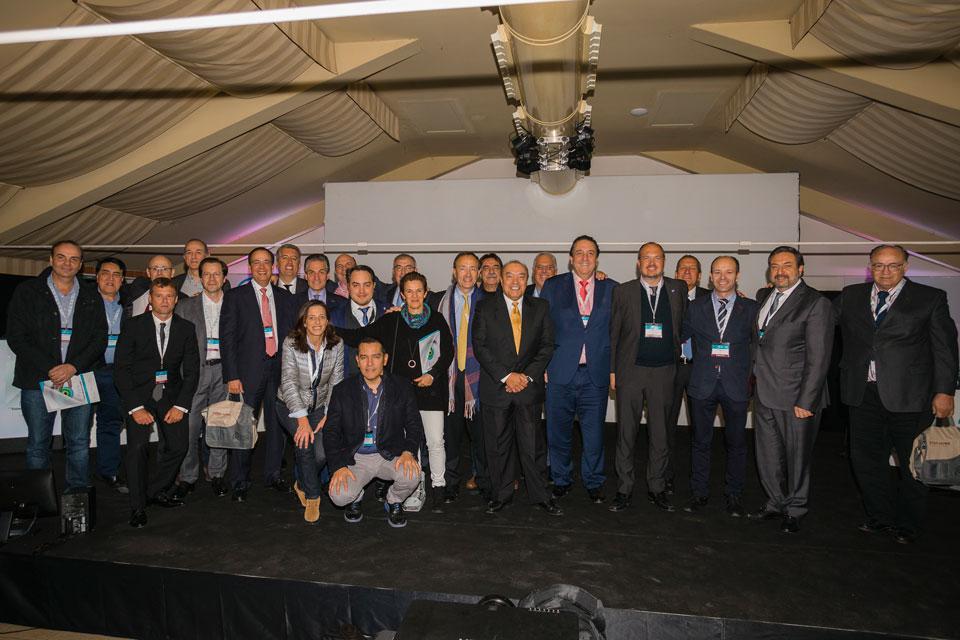 Foto final de familia con diez nacionalidades presentes unidos por el idioma español
