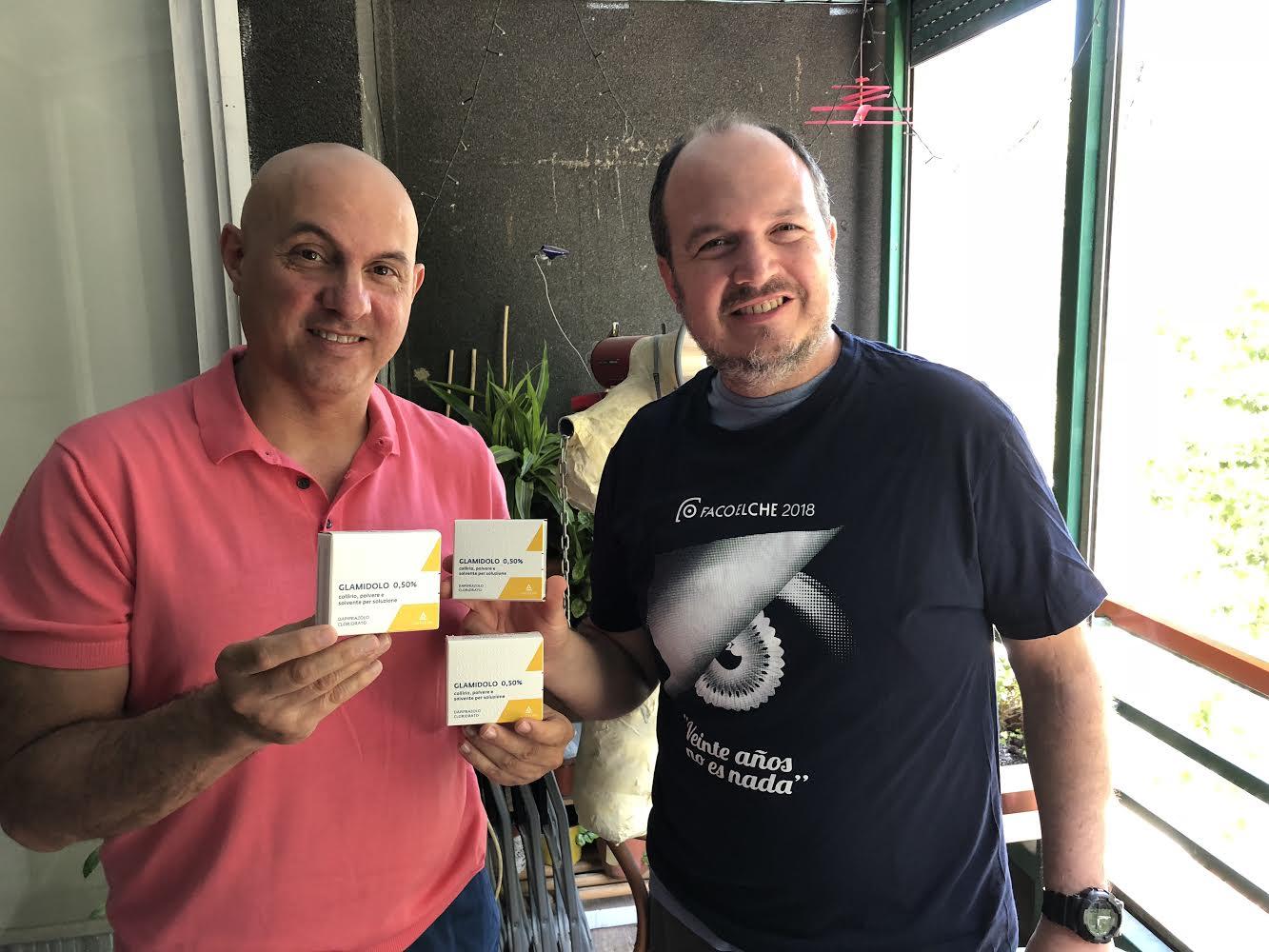 En la imagen el Dr. Jairo Hoyos y Dr. Nóe Rivero con el Glamidolo en Barcelona antes de viajar a Argentina.