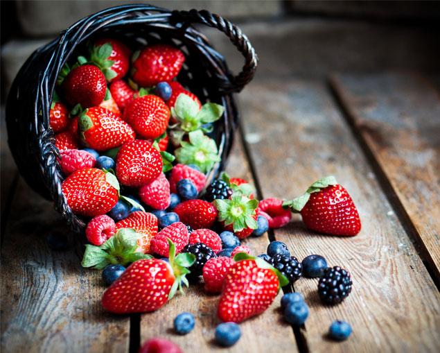 Imagen 1. Los frutos rojos contienen feniletilamina (PEA), que regulan la producción de dopamina, un neurotransmisor que parece que reduce el alargamiento del bulbo ocular, típico de los miopes.
